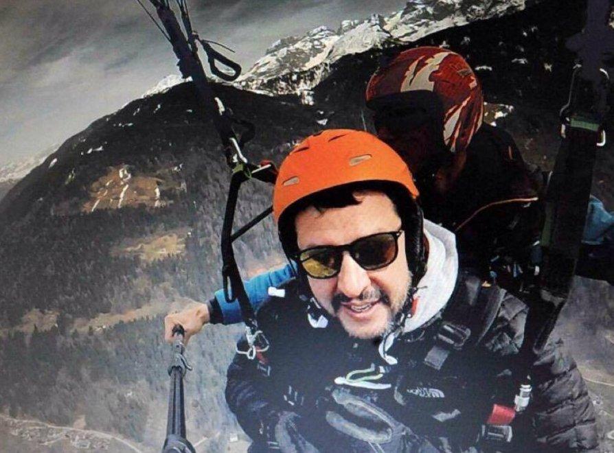 Salvini si lancia con il parapendio, le immagini sui social