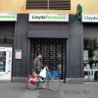 Milano, minaccia farmacista e si fa consegnare l'incasso. Prima di fuggire prende un collirio e lo paga