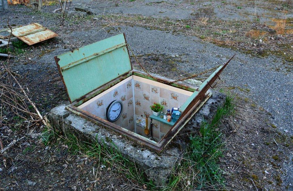 Bagno, salotto e cucina: l'artista arreda tombini per i senzatetto