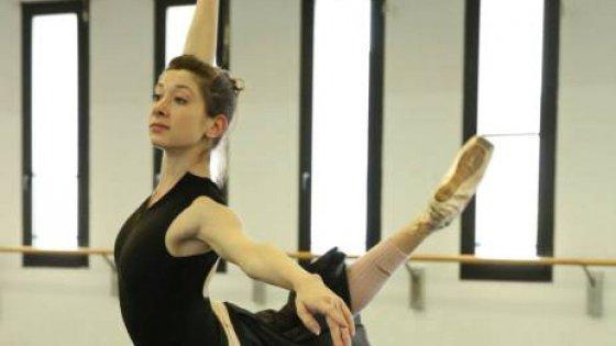 Tra la vita e la morte: ballerina della Scala travolta dal tram