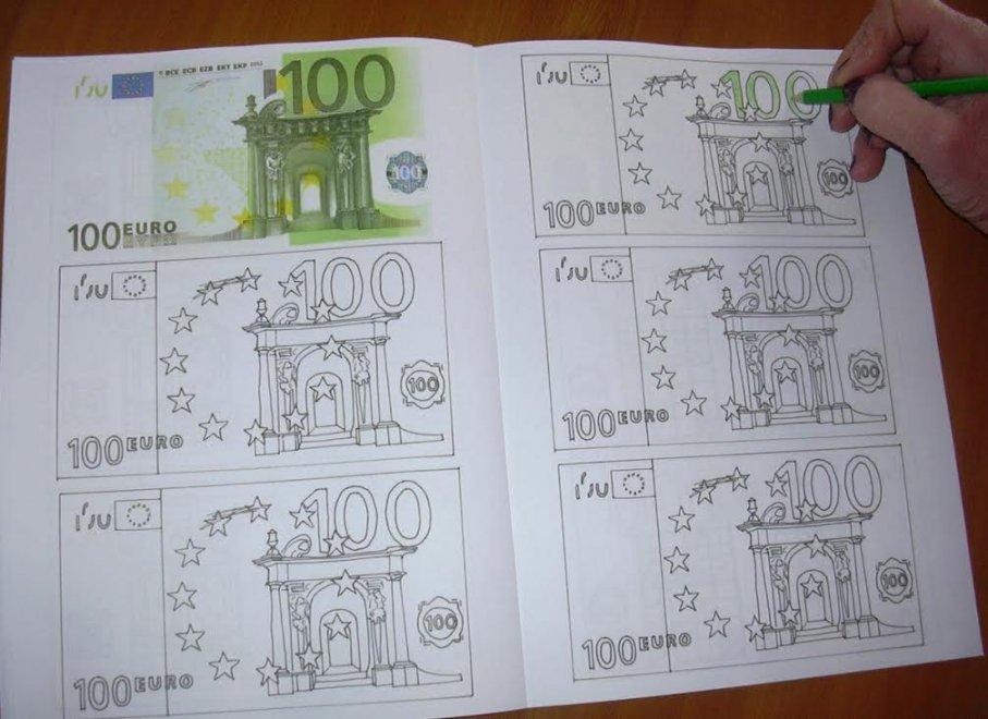 """Varese, l'artista invita a giocare con i soldi: """"Una sana terapia del denaro"""""""