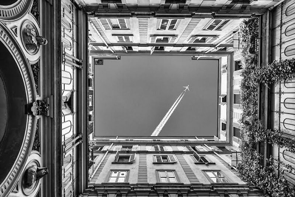 Milano in bianco e nero: il cortile è una cornice