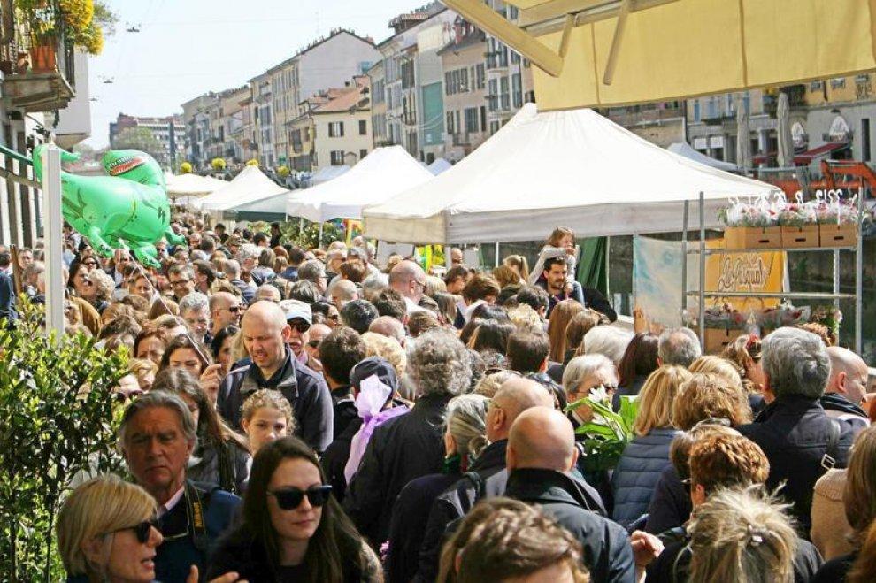 Milano navigli da tutto esaurito per il mercatino dei for Il mercatino milano