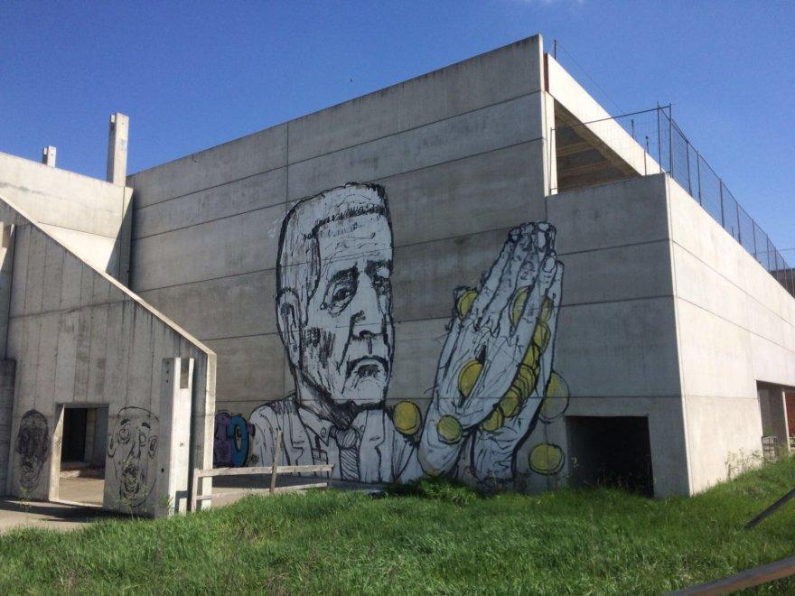 Crema, Formigoni sul murale: la street art denuncia gli sprechi della scuola fantasma di Cl