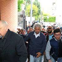 Casaleggio, Grillo e il direttorio alla camera ardente. I fedelissimi: