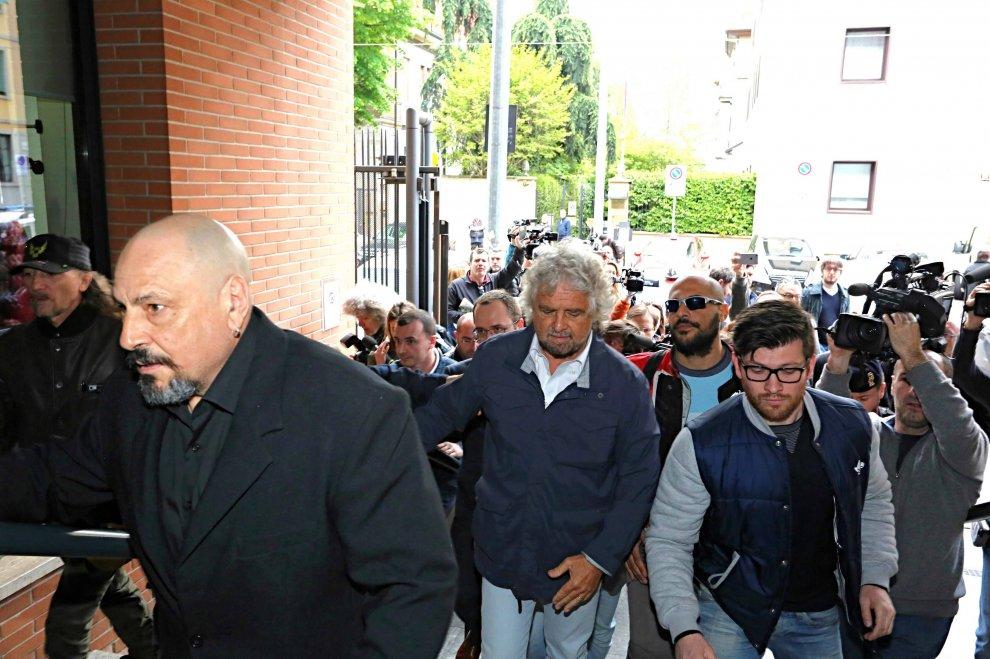 """Casaleggio, Grillo e il direttorio alla camera ardente. I fedelissimi: """"Oggi è il giorno del silenzio"""""""