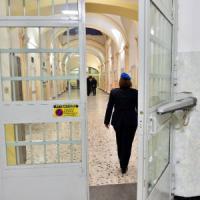 Milano, detenuto dà fuoco alla cella: