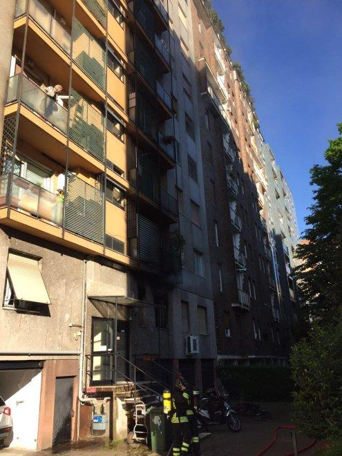 Milano fiamme nell 39 appartamento deposito evacuato un for Palazzo a 4 piani