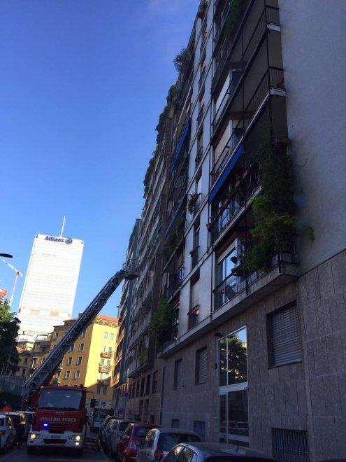 Milano fiamme nell 39 appartamento deposito evacuato un for Piani di costruzione di garage e deposito