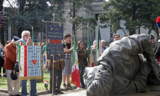 Milano, gli antifascisti e le parate nere: sfida sul 25 Aprile a Musocco