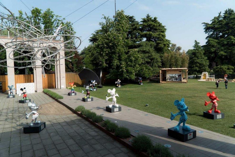 Milano venti volte topolino le statue di mickey mouse for Giardino triennale