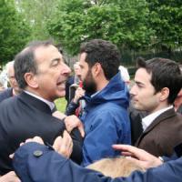 Milano, tensione tra antagonisti e Sala: loro lo contestano e lui perde le staffe