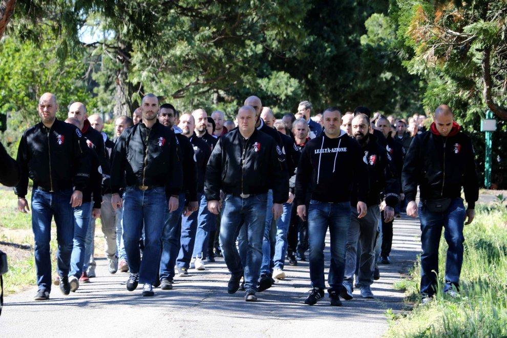 """Milano, saluti fascisti al Cimitero Maggiore. La risposta dell'Anpi: """"Fiori ai partigiani"""""""