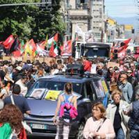 25 Aprile, Milano in piazza: nel corteo solidarietà ai migranti. Contestata la Brigata ebraica