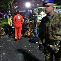Milano, l'autista ha un malore: bus si schianta contro un albero. Cinque feriti
