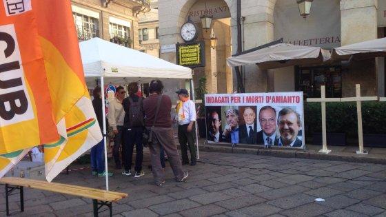 """Amianto alla Scala, in piazza il presidio per le vittime: """"Qui per avere giustizia e verità"""""""