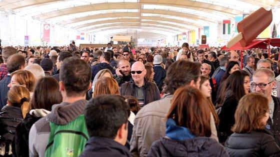 Milano, la maxi scritta umana dei lavoratori Expo: il flash mob un anno dopo l'apertura