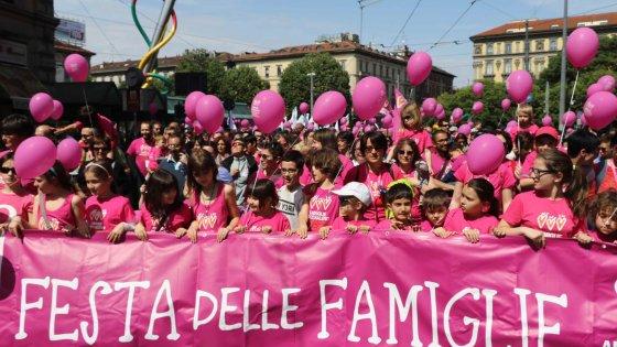 """Unioni civili, famiglie arcobaleno in corteo a Milano: """"Lasciati in un angolo dalla politica"""""""