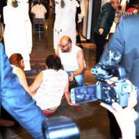 Primo Maggio, tensione a Milano allo 'spogliarello dei diritti' da Zara tra manifestanti e...