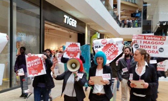 Primo Maggio, tensione a Milano allo 'spogliarello dei diritti' da Zara tra manifestanti e security