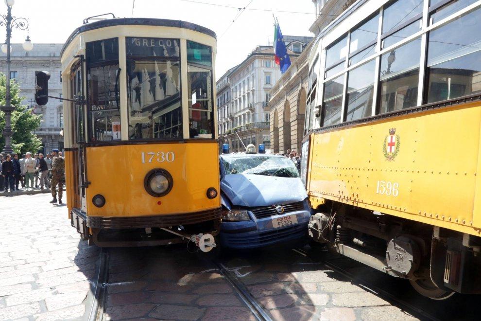 Milano, la volante azzarda il sorpasso davanti alla Scala: schiacciata tra due tram