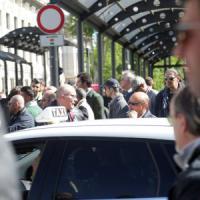 Uber, a Milano scatta il blocco selvaggio: tassisti in presidio, clienti a terra. Ferme centinaia di auto bianche