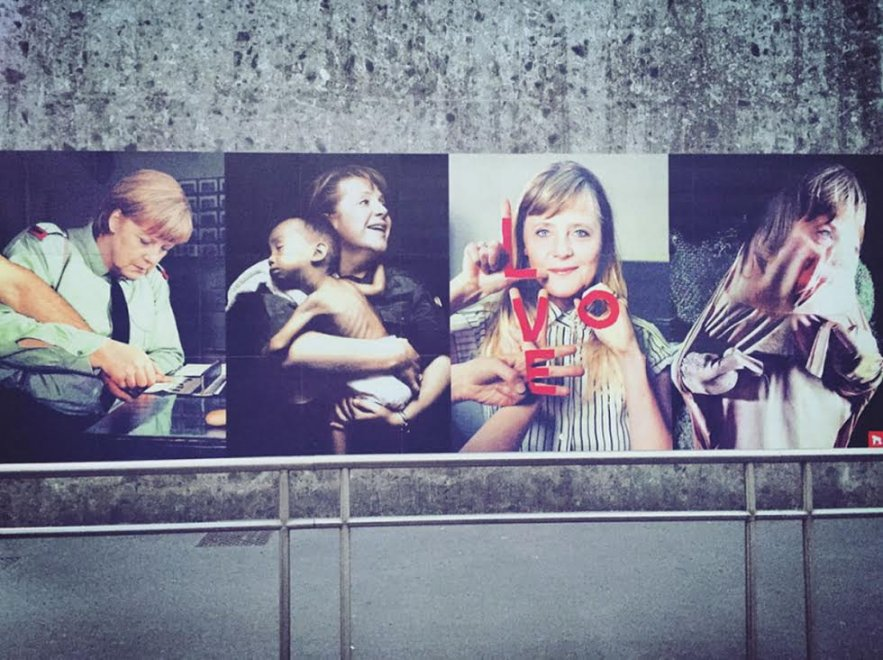 Profughi, schedarli o salvarli: lo street artist interroga la cancelliera Merkel