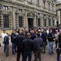 Milano, protesta anti Uber: i tassisti sotto le finestre del Comune