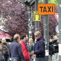 Milano, i tassisti accettano la tregua: dopo un giorno e mezzo di protesta stop al blocco...