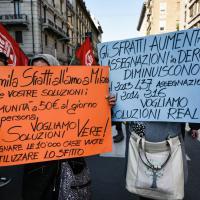 """Case popolari, inquilini in presidio a Milano: """"Stop agli sfratti e sanatoria per chi non ce la fa"""""""