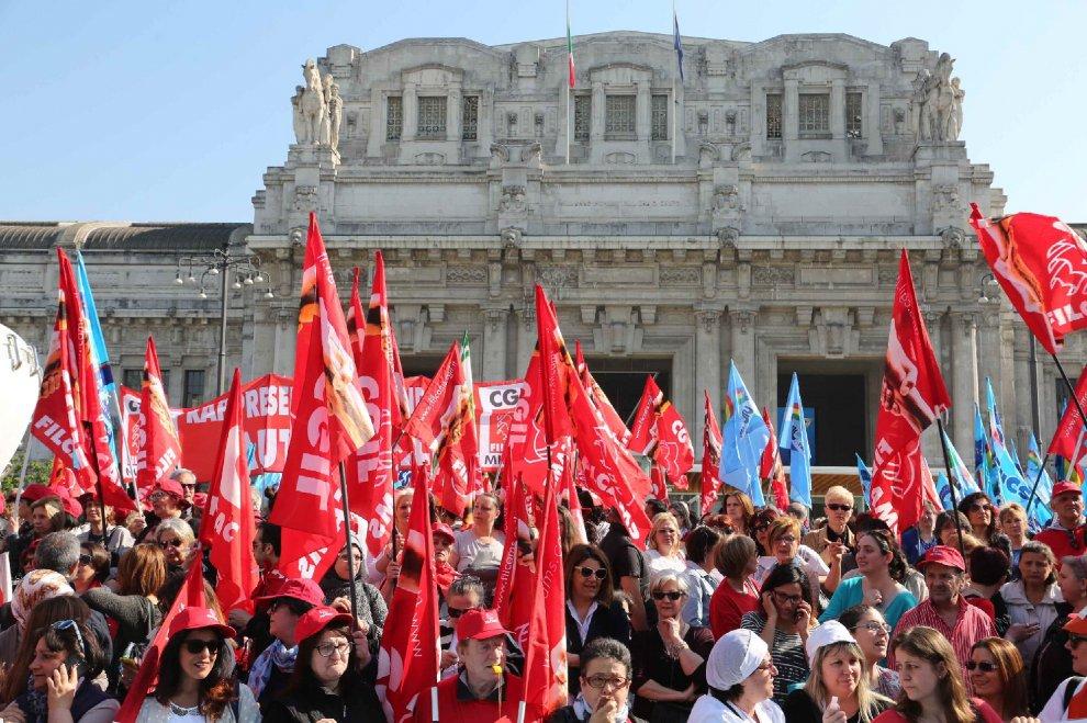 Milano, lavoratori del commercio in corteo: sugli striscioni l'hashtag #fuoriservizio