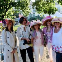 Milano, Orticola diventa una passerella: sfilano i cappellini floreali
