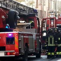 Autobus in fiamme nel Lecchese, traffico in tilt per ore: autista intossicato dal fumo