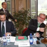 Elezioni, Maroni governatore-candidato porta la giunta a Varese. Insorgono Pd e M5s:
