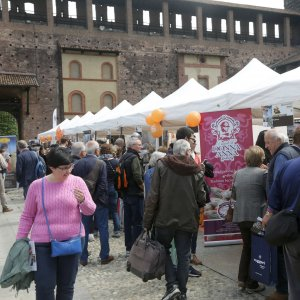 Milano al castello sforzesco le bandiere arancioni con i for Prodotti tipici di roma