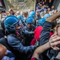 Referendum, i centri sociali contestano Renzi: tensioni con la polizia a Bergamo