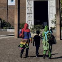 Milano, l'imam in parrocchia fa lezioni di italiano alle mamme arabe: i parrocchiani divisi