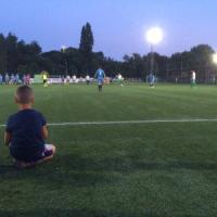 Milano, i manager si tolgono la cravatta per solidarietà: in 100 sul campo di calcio per...