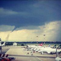 Maltempo, tromba d'aria su Linate: alcuni voli deviati a Malpensa