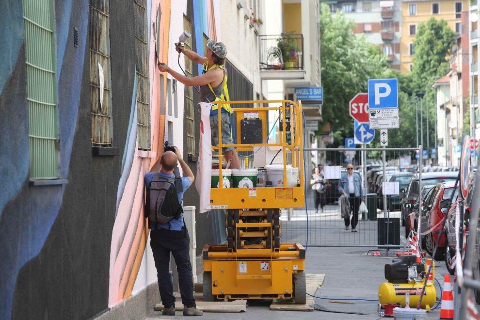 Milano, l'ex fabbrica diventa un'opera d'arte: 800 metri di murale firmati 1010