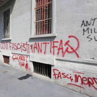 Milano, finestre spaccate e vernice sui muri: vandali contro la sede di Forza Nuova