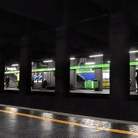 Milano, pestaggio nel metrò: in 6 si accaniscono su un 22enne. Viaggiatori