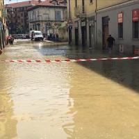 Milano, scoppia una tubatura dell'acquedotto: strade e case allagate