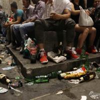 Champions, quel che resta dopo la festa: un tappeto di rifuti sotto i piedi dei tifosi