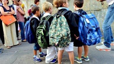 """Scuola, il preside di Vigevano pesa gli zaini """"Da 8 a 10 kg sulle spalle degli alunni"""""""