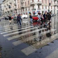 Milano, la pioggia allaga strade e marciapiedi: la corsa a ostacoli di auto e pedoni