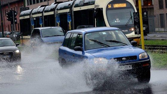 Maltempo, nubifragio si abbatte su Milano: allagato il parco Lambro, evacuata una scuola