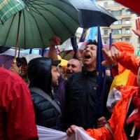 Milano, protestano i netturbini: striscioni e fischietti davanti alla sede Aem