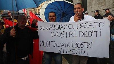 Foto  La protesta dei netturbini: striscioni  e fischietti davanti alla sede Aem