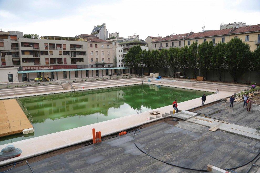 Milano ultimi ritocchi alla piscina caimi prima della - Piscina porta romana milano ...